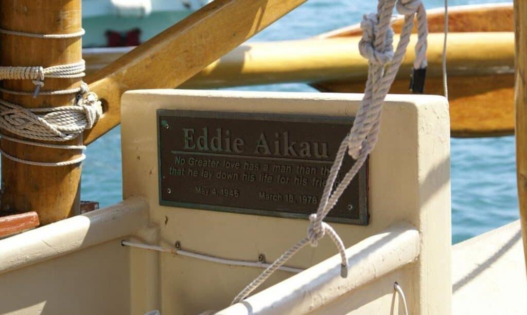 Memorial plaque of Eddie Aikau on the Hokulea. Wikimedia, Waka Moana