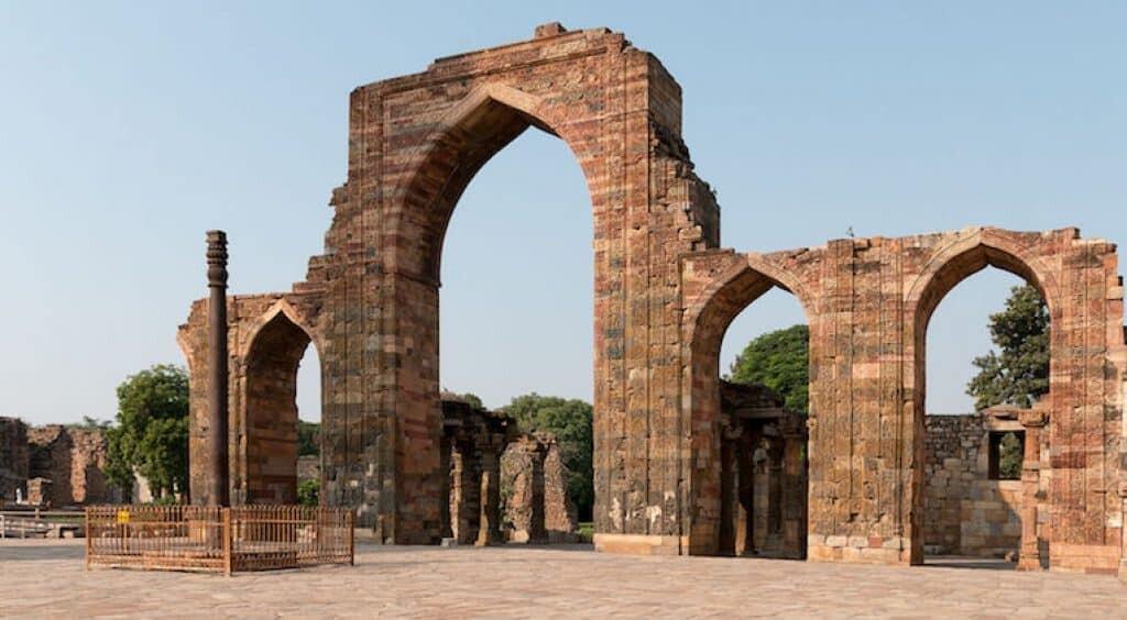 A view of the west gate and iron pillar. Image: Daniel Villafruela [CC BY-SA 3.0]