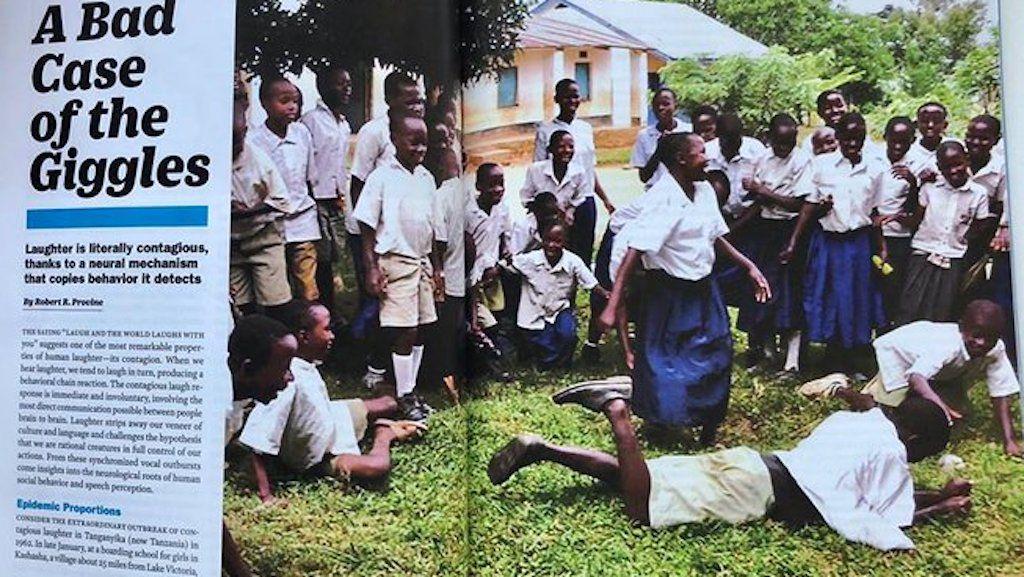 Студенты воссоздают истерику смеха, испытанную в Танганьике.