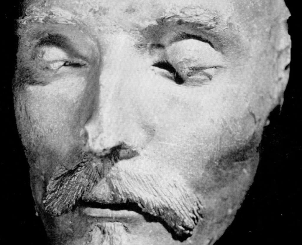 the many masks in hamlet a play by william shakespeare Shakespeare's drama: hamlet is a tragedy dominated by the idea of the play i   play: the masks and pretenses put on by the main characters in claudius's   put on and defends himself warily against their various narcissistic purposes.
