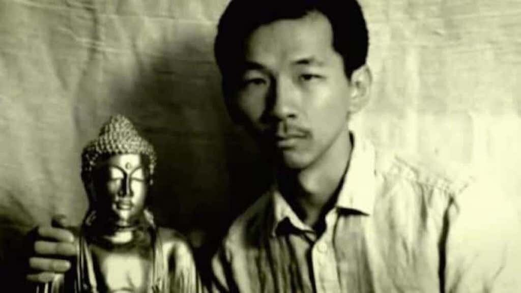 Rogelio Roxas poses for a picture with a golden Buddha he allegedly discovered in a cave. Image credit: http://www.labrujulaverde.com/