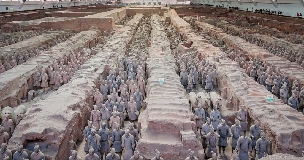 tion Pit 1 discovered in 1974. Behind the standing soldiers lie those that remain broken and buried. Derivative by CEphoto, Uwe Aranas.
