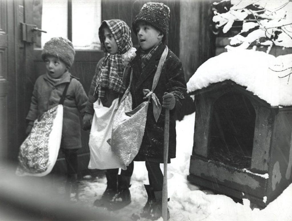 Children carolers in Bucharest, 1929. Public domain, Nicolae Ionescu.