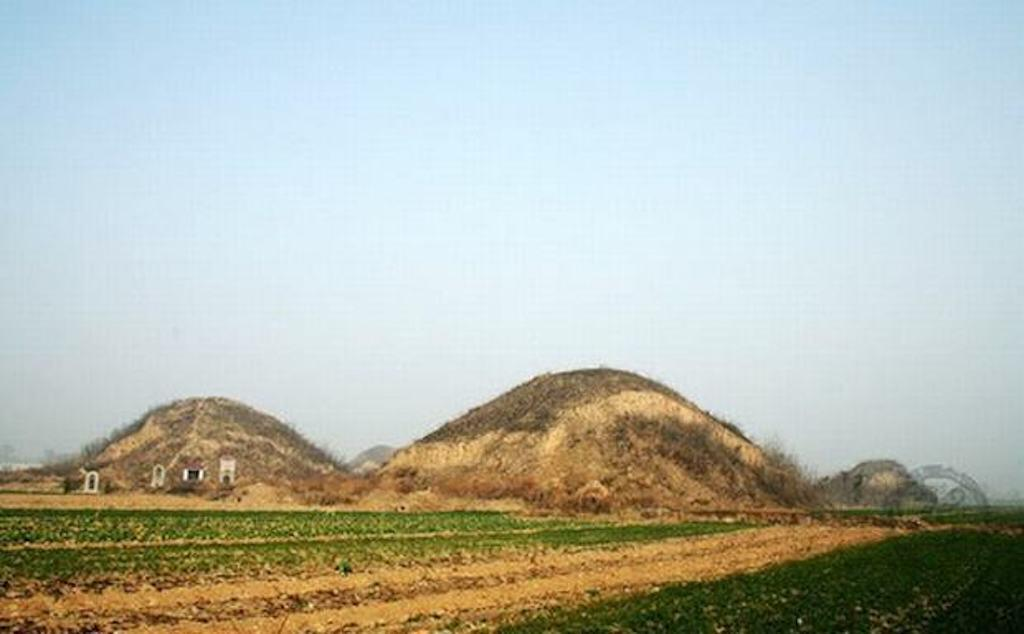 Two pyramid mounds in Xi'an. Image: Easy Tour China.