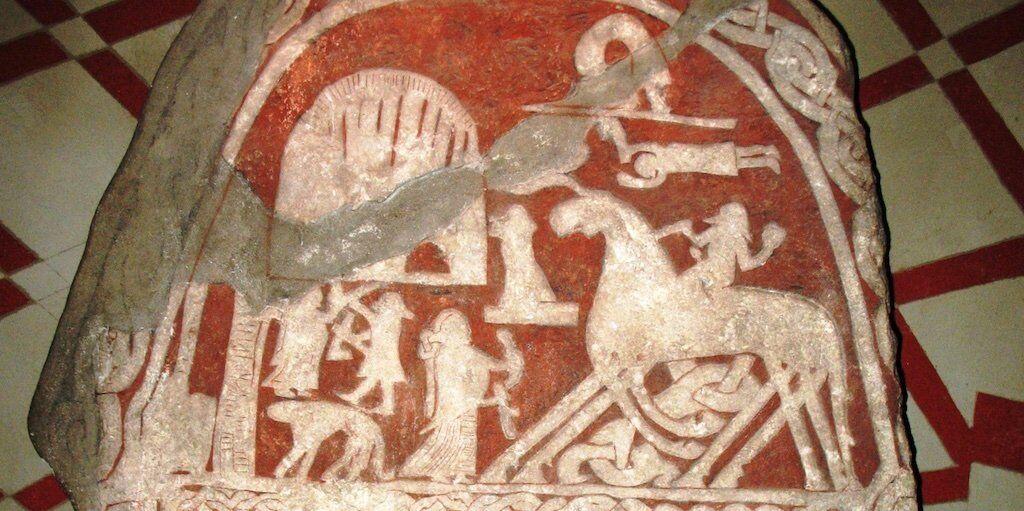 Камень с изображениями Тьянгвиде изображает Одина или другого человека, прибывающего в Валгаллу на лошади Одина.